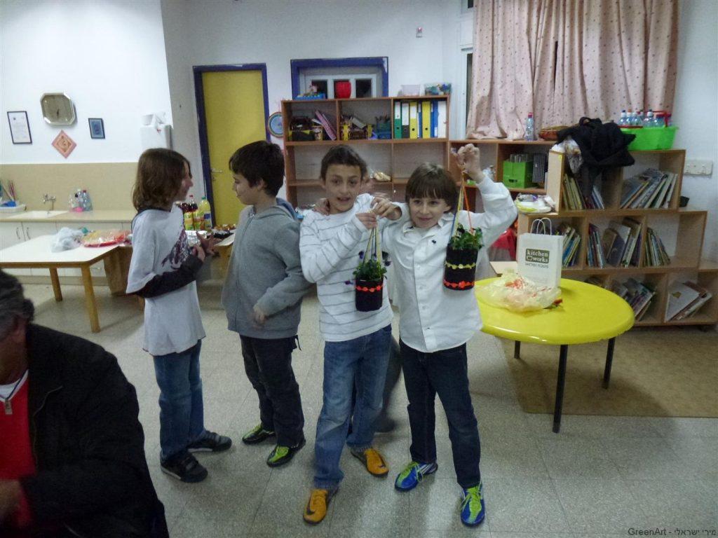 הילדים גאים בפרי יצירתם עציצים תלויים לטו בשבט