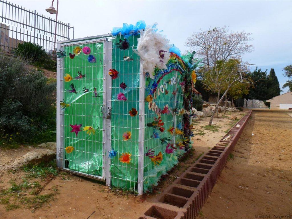 פיסול סביבתי של גדר כלוב ברזל