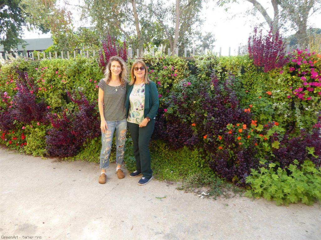עם גל בר ממחלקת הקיימות של עיריית כפר סבא ליד הקיר הירוק שבחצר