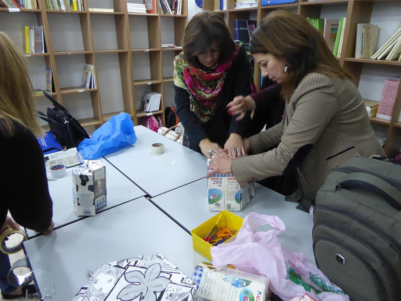 מורות בית הספר בסדנת אמנות שימושית ויצירתית מחומרים בשימוש חוזר