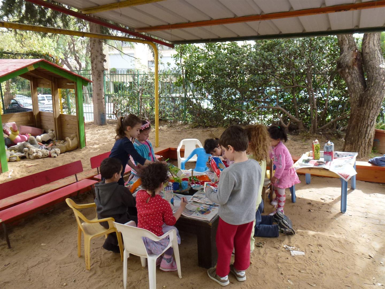 ילדי הגן מעטרים את קרטוני החלב שישמשו בתי גידול לציפורים
