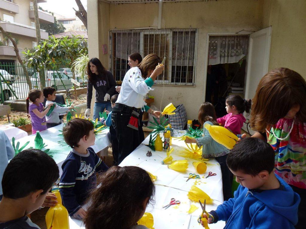 הילדים וההורים יוצרים בשיציוף פעולה מלא בשמחה