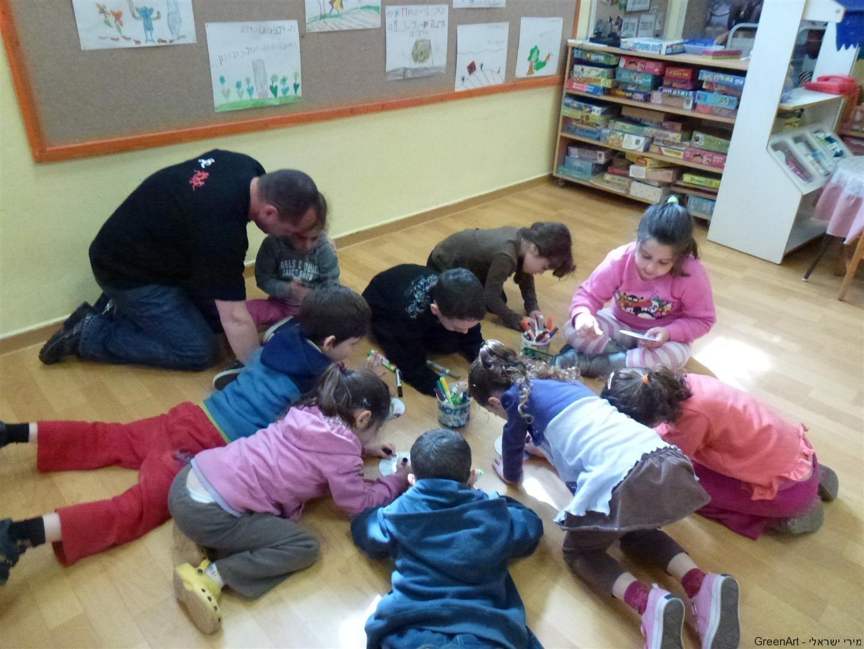 ילדי גן חמניה יוצרים בירוק