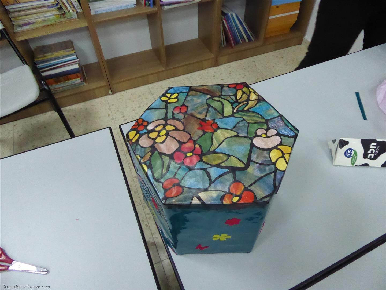 תוצר אמנותי של המורות שפיסלו ועיצבו שרפרף מהודר מחומרים שונים בשימוש חוזר.