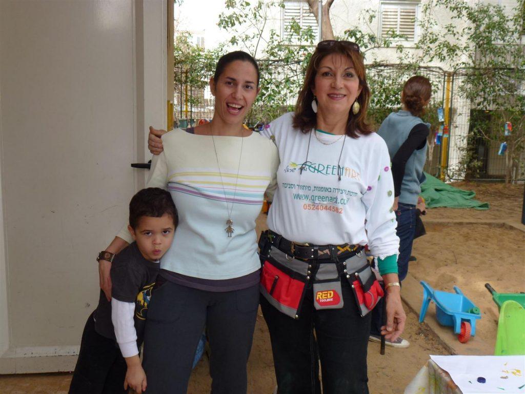 מיכל האימא המתנדבת ייוצרת עם בנה בגן חמניה