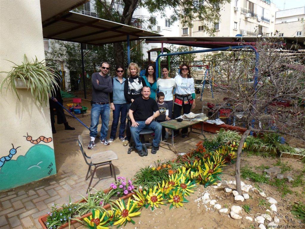 הורים מתנדבים בהפנינג ירוק להכנת פרחי חמנייה
