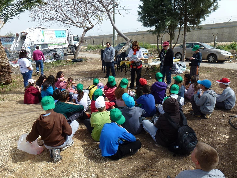 ילדי בת חפר מקבלים הסבר על הפרויקט של פיסול סביבתי במרכז המיחזור