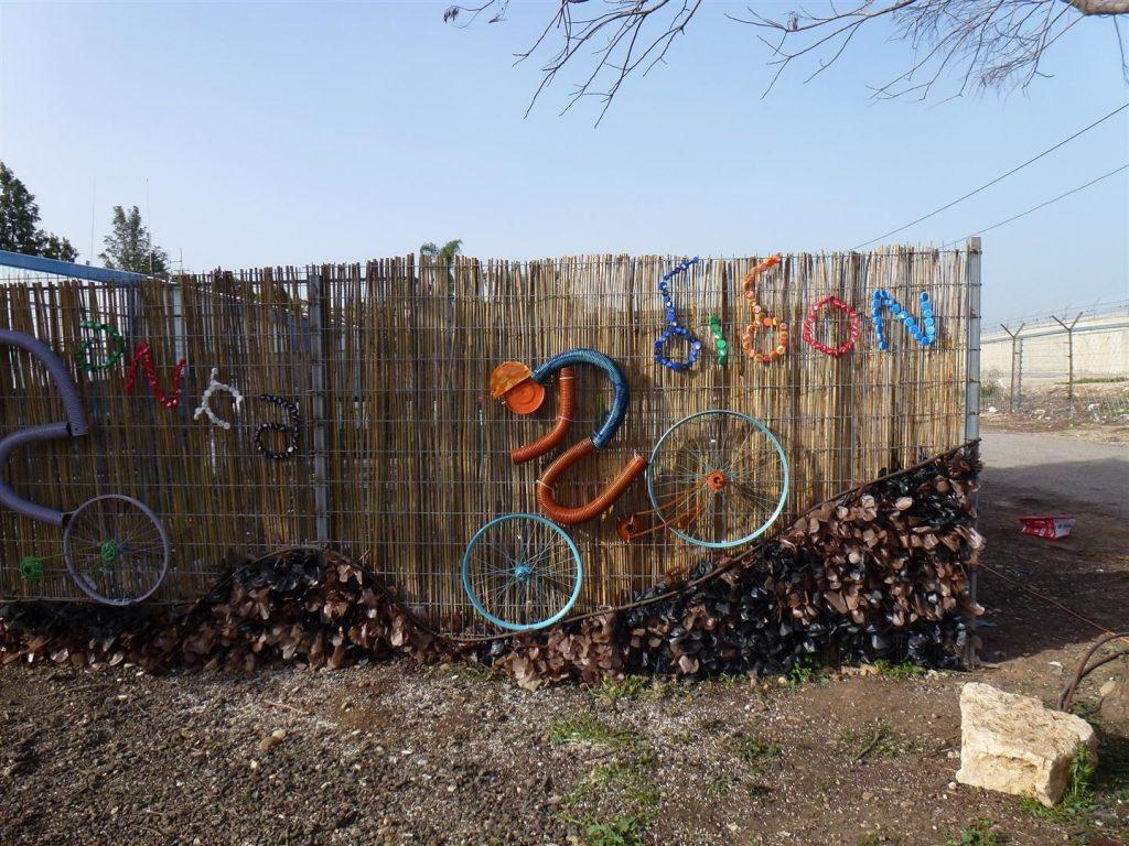 אמנות סביבתית המשאירה חותם ירוק בשטח עם מסרים חינוכיים לקהילה