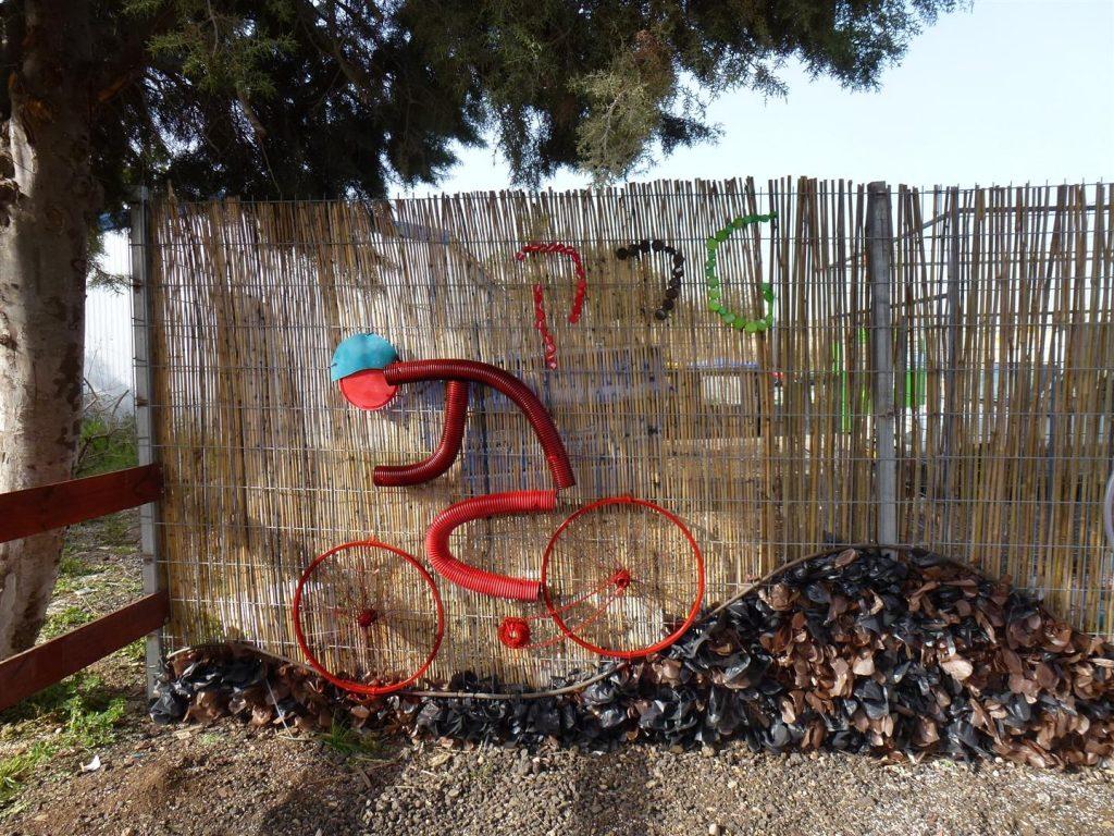 רוכב בפעלולי אופניים פיסול סביבתי עם קהילת בת חפר
