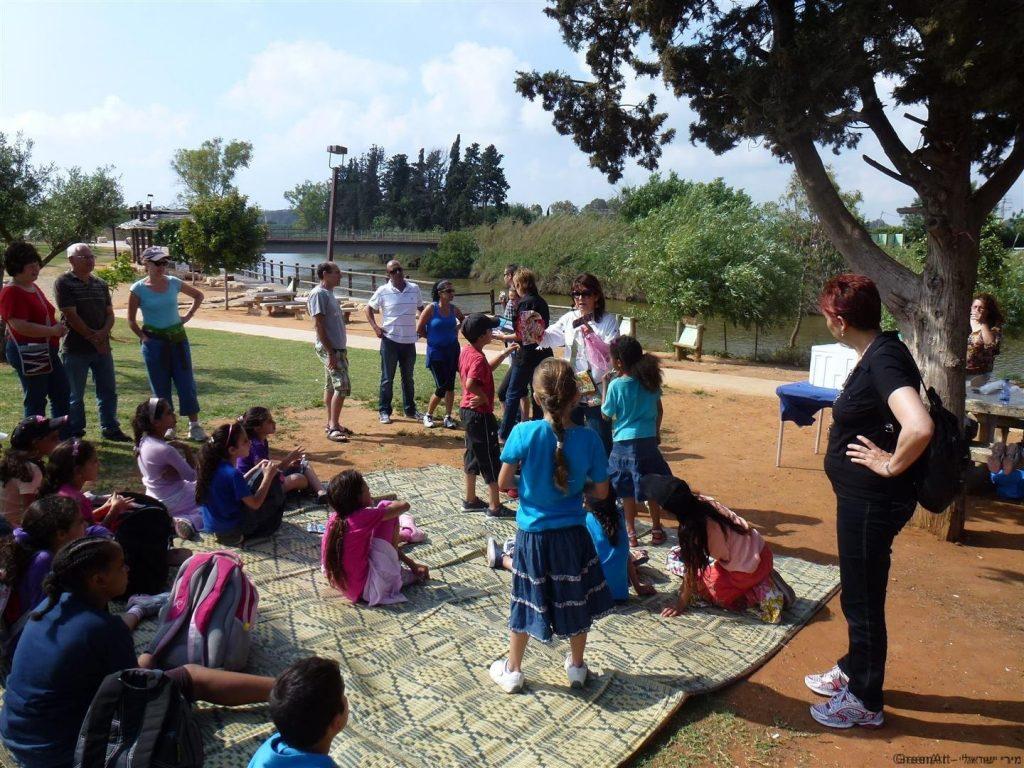 ילדי עמותת צבע מקבלים הסבר על נזקי שקיות הניילון לסביבה