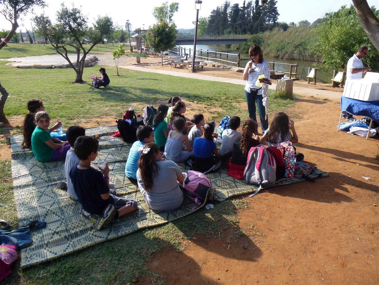 הסברה לחינוך סביבתי ביום ירוק לילדי עמותת צבע  בנחל אלכסנדר