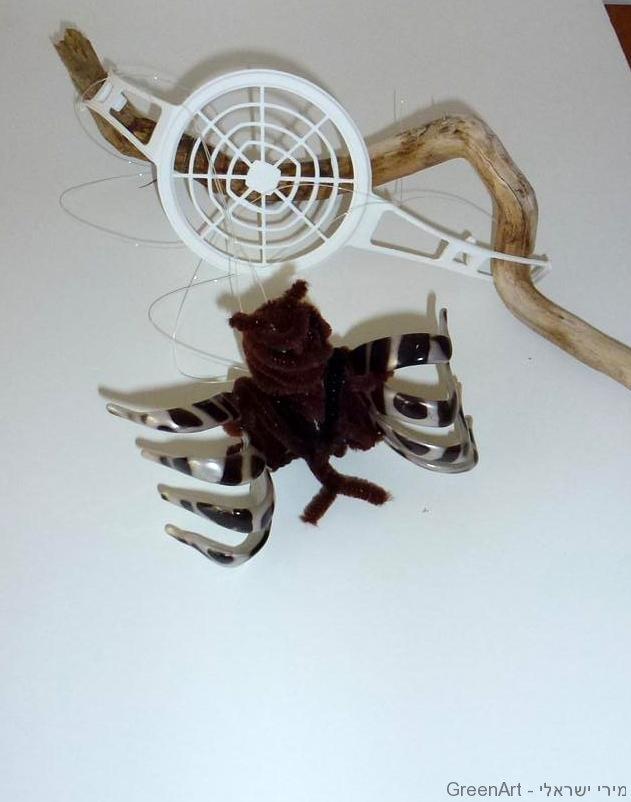 עכביש טווה חוטים מפסולת אריזות פלסטיק