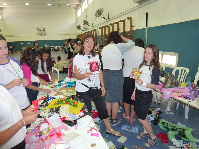 הבנות גאות להציג את פרי יצירתן