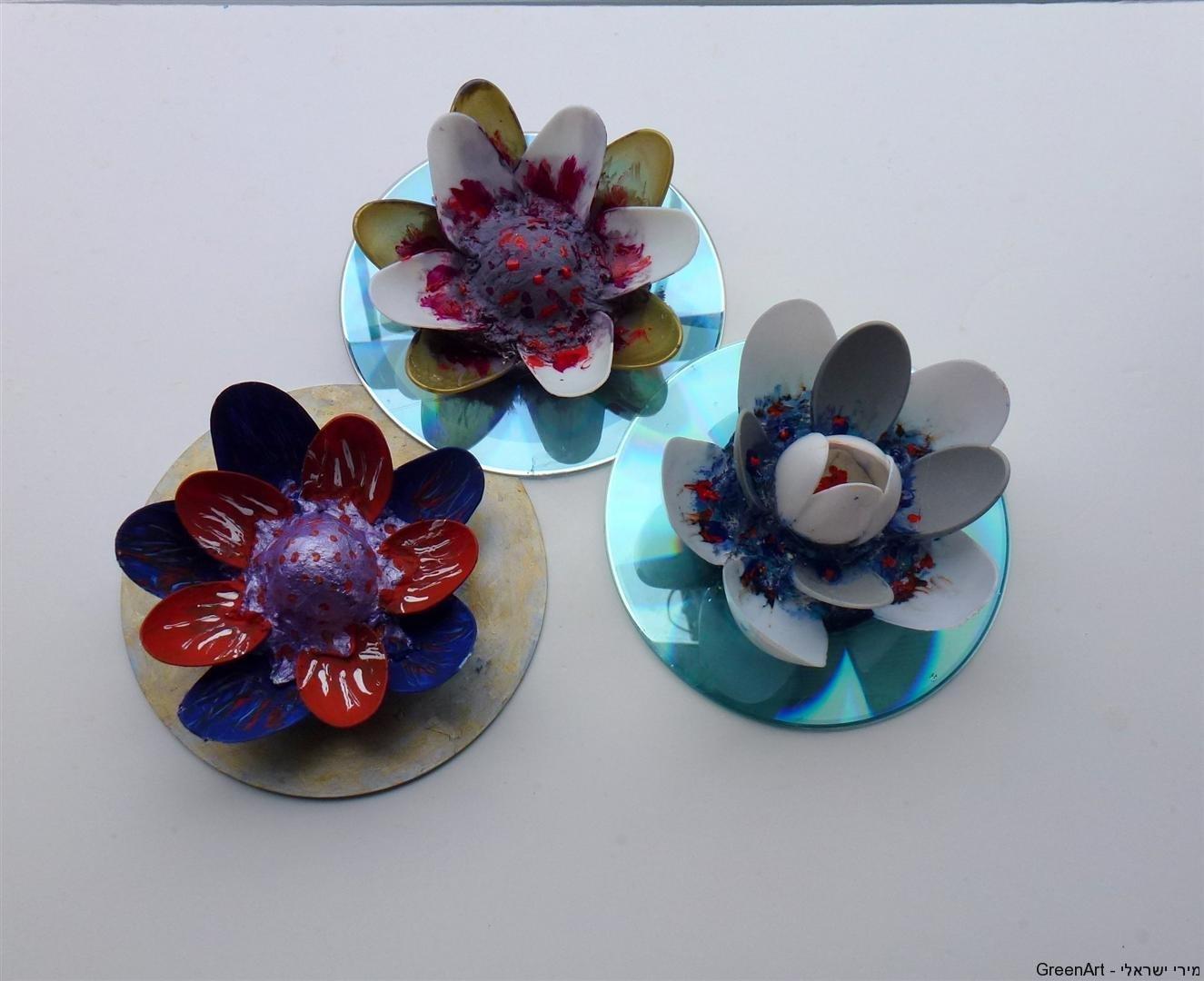 פרחי לוטוס  צבעוניים מכפיות פלסטיק ותקליטור
