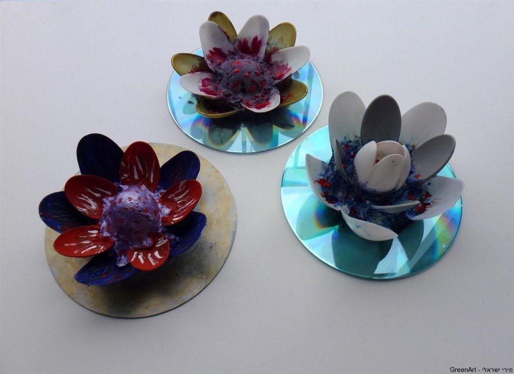 פרחי לוטוס צבעוניים מכפיות פלסטיק ותקליטורים