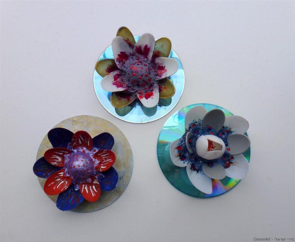 סידור פרחים מתקליטורים וכפיות חד פעמיות