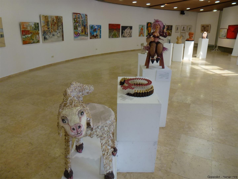 שלשת היצירות הירוקותהמוצגות בתערוכה