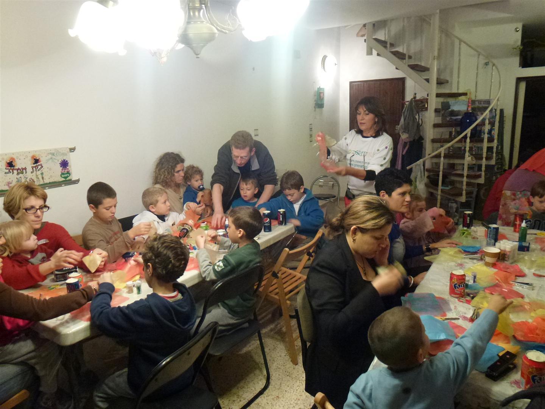 ילדים נהנים ליצור יצירות זוהרות לחנוכה מחומרים ממוחזרים
