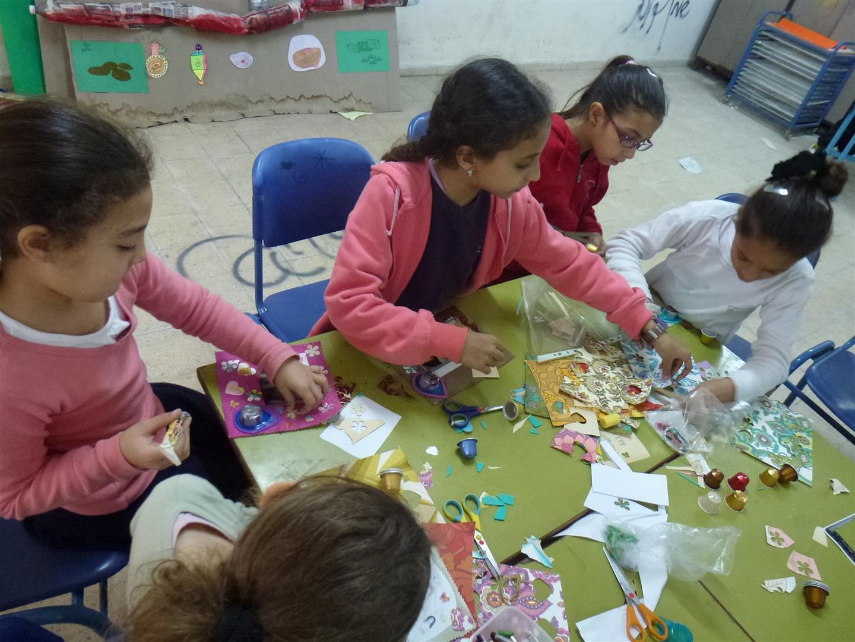 תלמידים נהנים משלל החומרים ומפתחים את הדימיון והיצירתיות