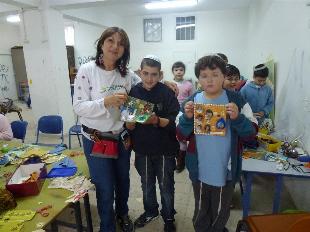 תלמידי אושא נהנים ליצור יצירה אישית בחדוות היצירה הירוקה