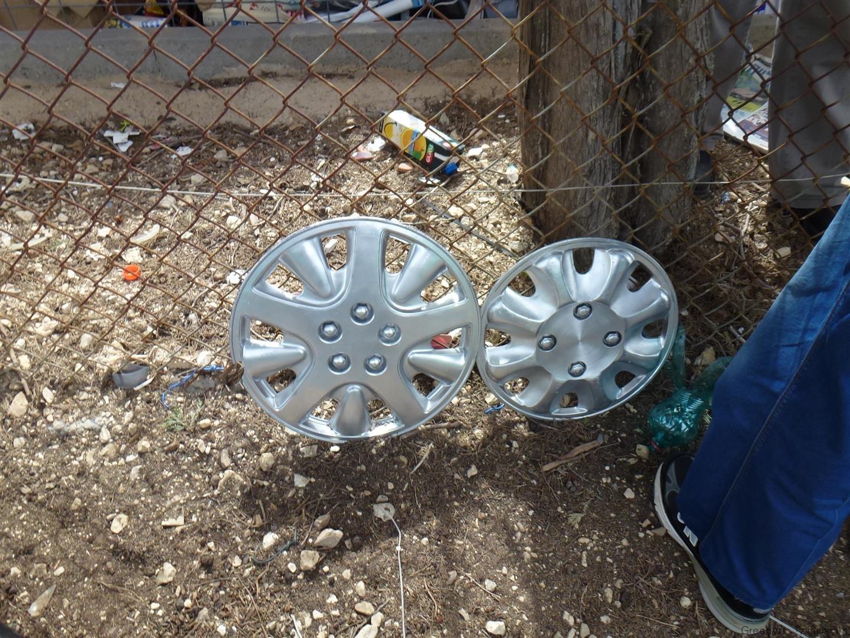מפסולת גלגלים שאספנו עטרנו את  גדר מרכז המחזור