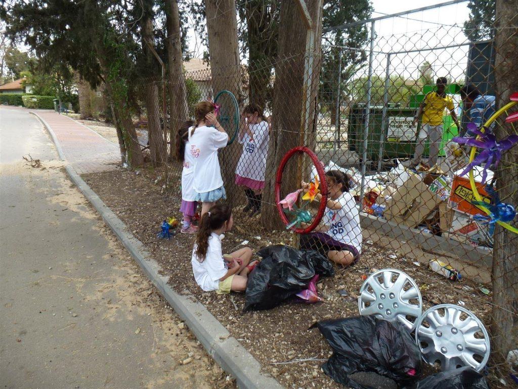תלמידי הראל מעטרים את גדר מרכז המיחזור