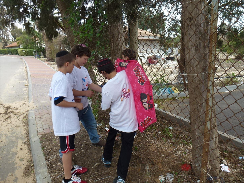 תלמידי הראל מחברים מטרייה ישנה כפיסול סביבתי