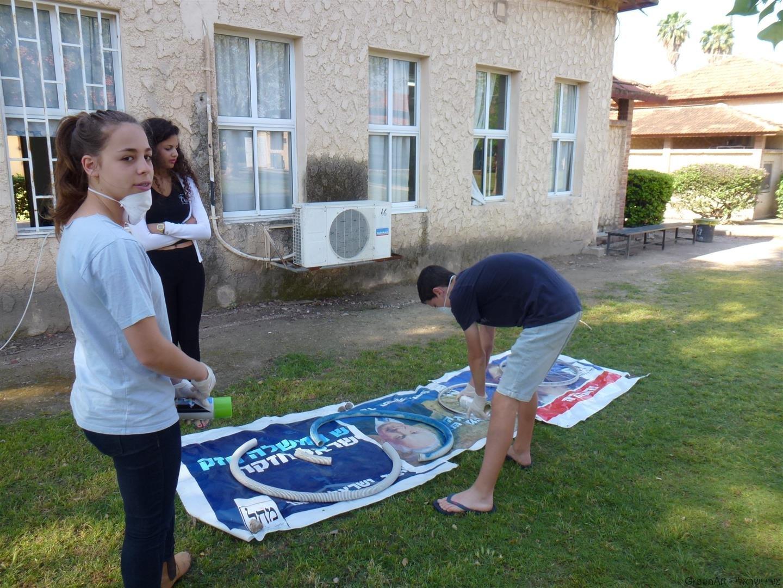 תלמידי בית ירח צובעים את הצינורות השרשורים
