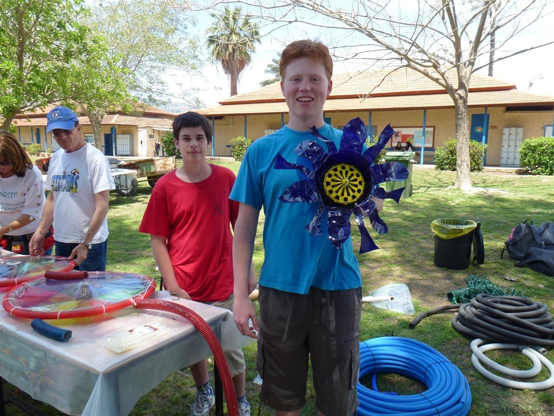 תלמידי בית ירח נהנים מפרי יצירתם להכנת פרחי הפלסטיק