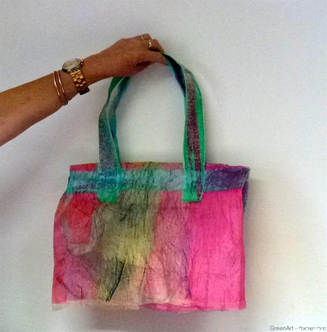 תיק צבעוני ושימושי בסדנת מיחזור שקיות ניילון