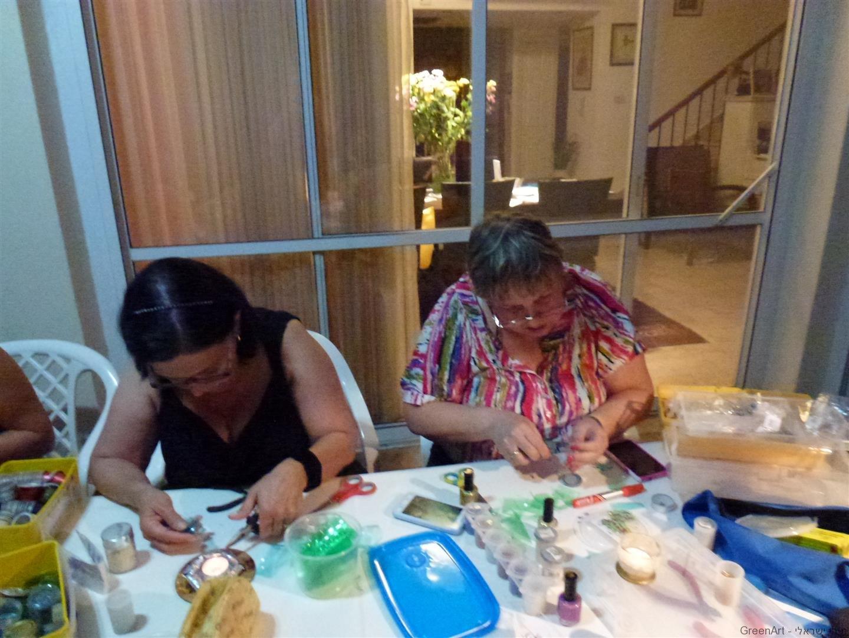 תמי אמיר המארחת שקועה בהכנת תכשיט מעוצב במו ידיה
