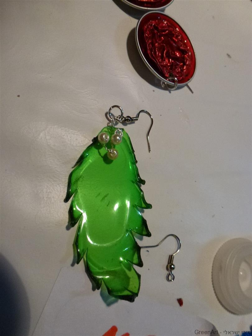 עגילים זוהרים מבקבוקי פלסטיק בשימוש חוזר