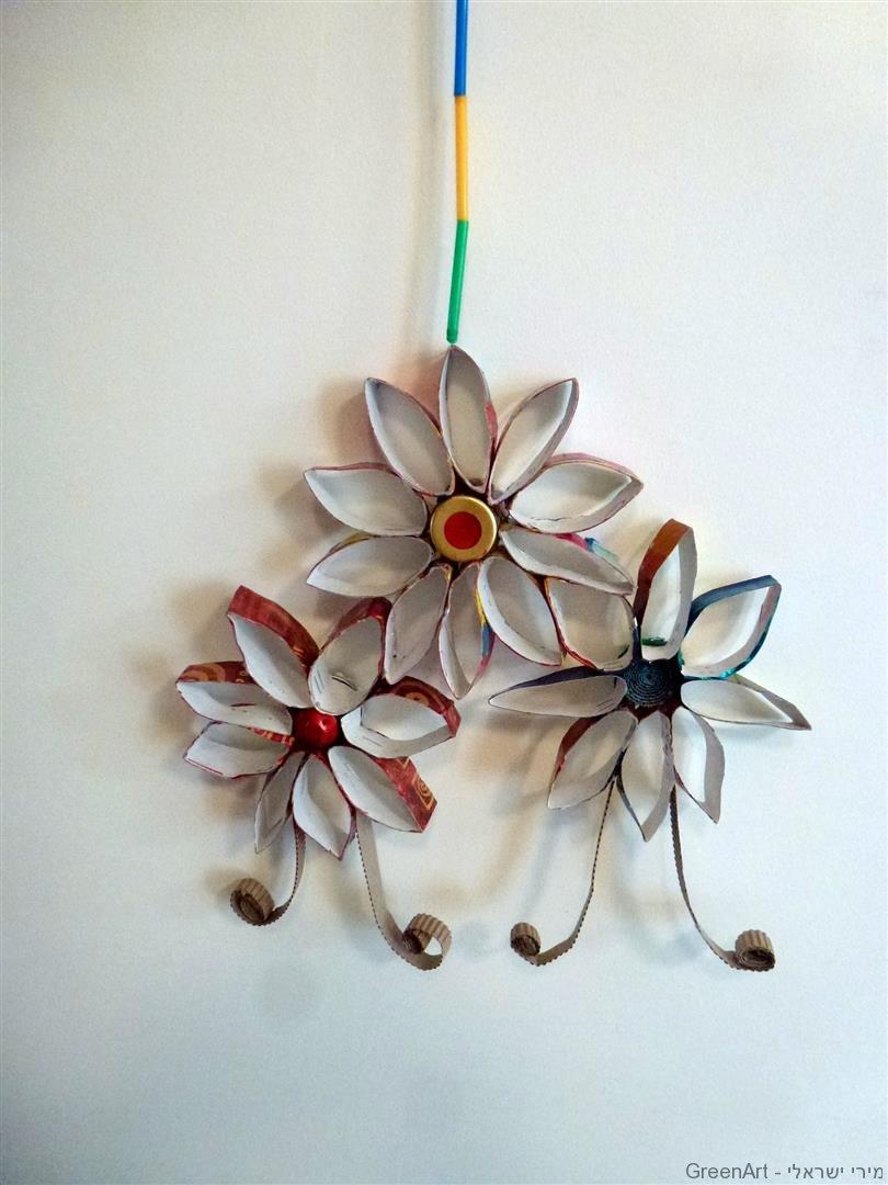 מובייל פרחים מרהיב מגלילי קרטון ושאריות ניר אריזות