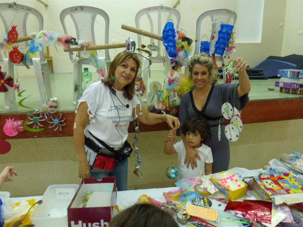משפחה מאושרת מפרי יצירה קישוטים לסוכה מחומרים ממחוזרים