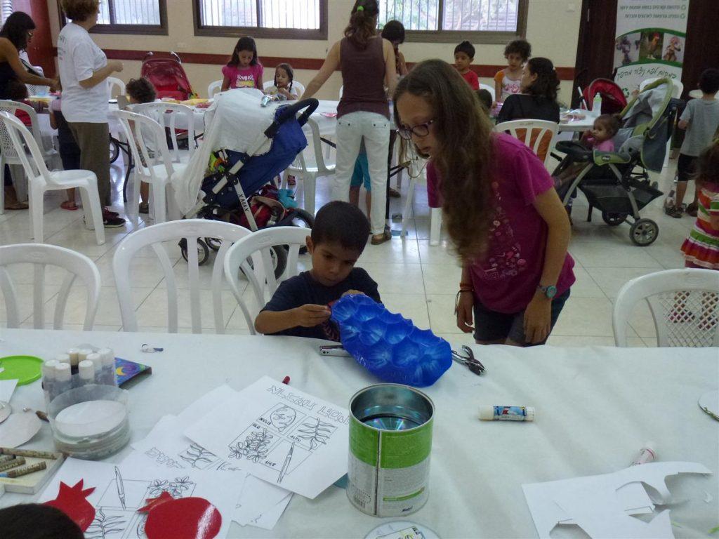 ילדים נהנים ליצור קישוטים לסוכה מרהיבים מחומרים ממוחזרים