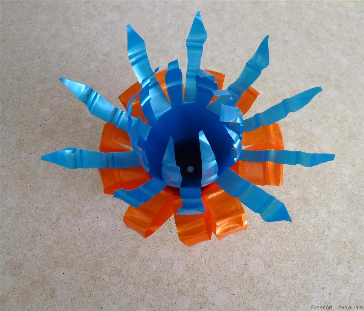 פרח צבעוני מרהיב מ2 בקבוקי פלסטיק צבעוניים