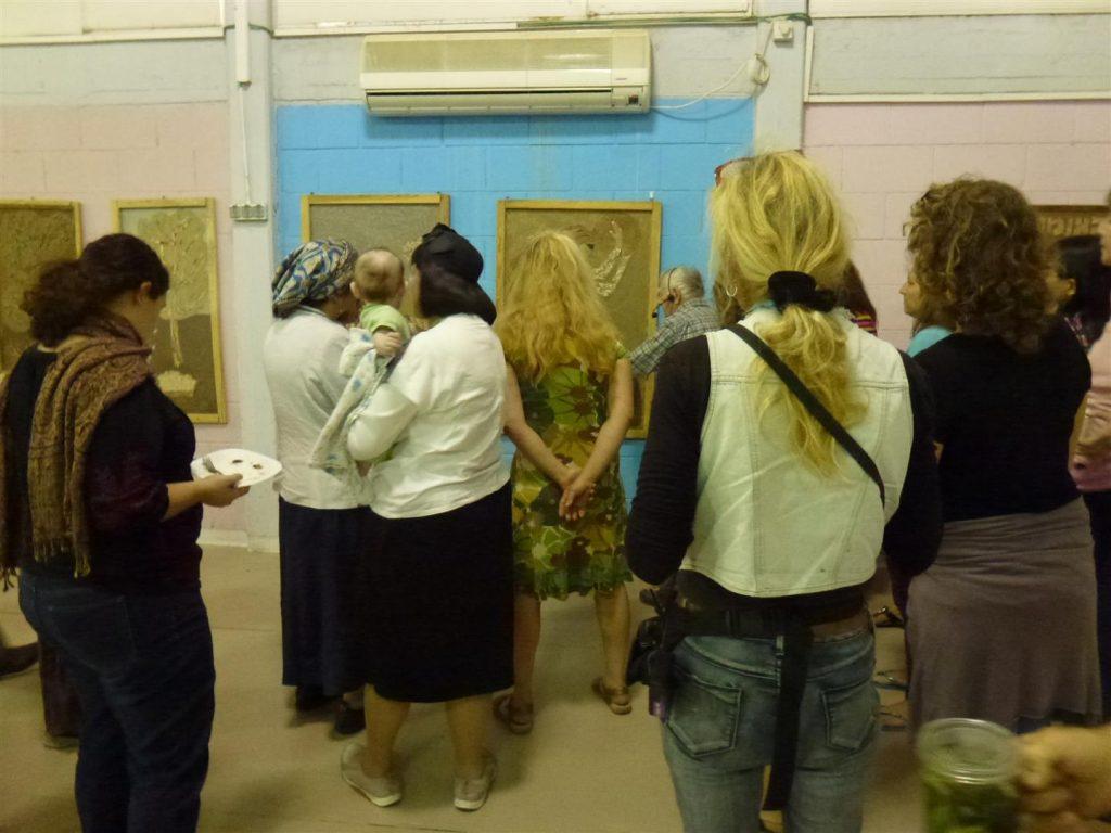 חברי הפורום מסיירים בתערוכה של תלמידיו של אמן הטבע מלך ברגר