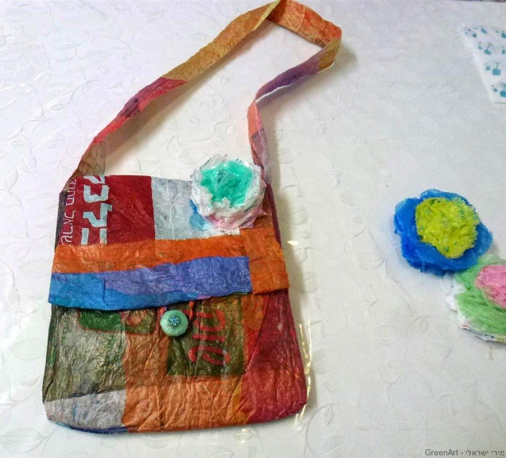 תיק משקיות ניילון של עיתונים מעוצב בפרחים וכפתורים