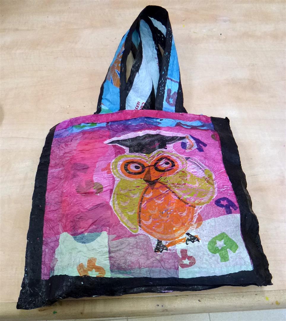 התיק שעיצבה חנה לוי צבעוני ומקורי משקיות ניילון ממוחזרות