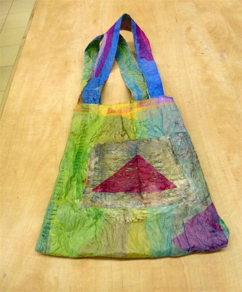 תיק של רותי שעיצבה עם כיס לסלולרי. צבעוני ומרהיב