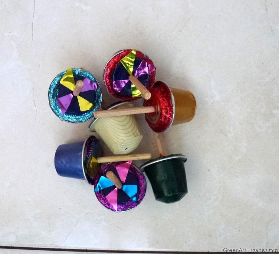 קפסולות קפה צבעוניות כסביבונים זוהרים