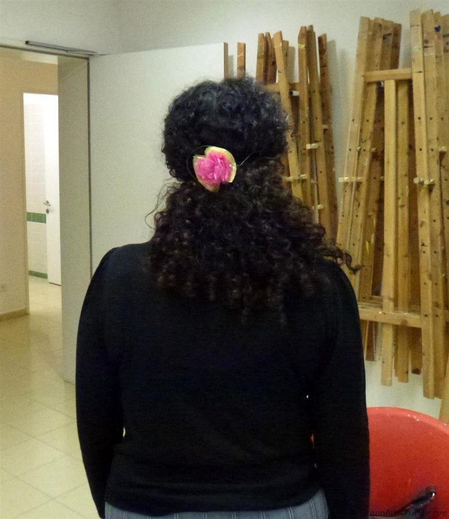 סיכה לשיער שיצרה אפרת משאריות שקיות הניילון