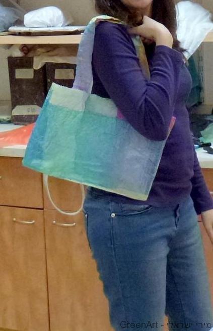 ליטלי עם התיק שיצרה בצבעי פסטל רכים