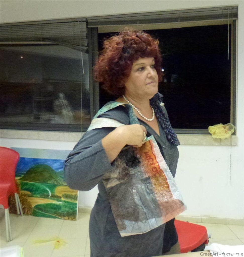 אורית עיצבה לה תיק מדליק עם טקסטורה כסופה ומאירה
