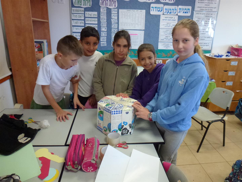 תלמידים לומדים הנדסה והרכבה כיצד הופכים מרובע למשולש ההופך למשושה.