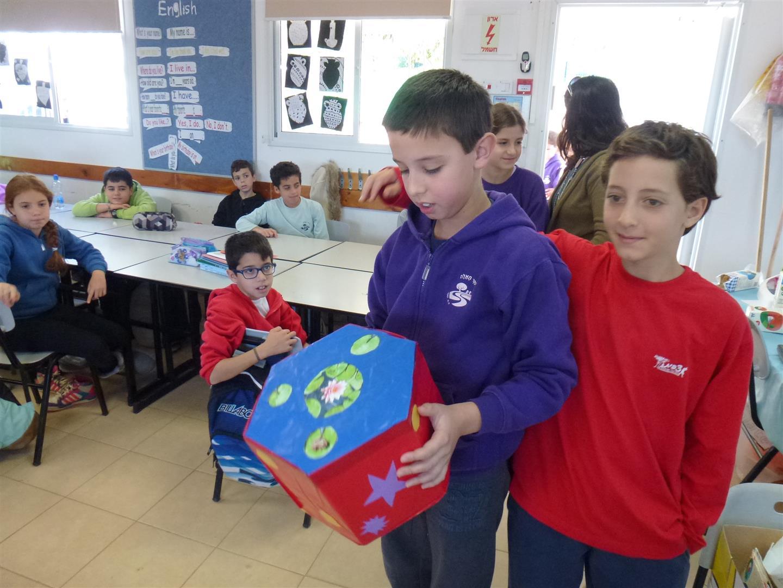 תלמידי כפר מנחם גאים בפרי יצירתם מקרטוני חלב בשימוש חוזר