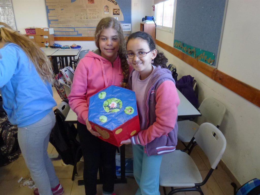 תלמידי כפר מנחם גאים בפרי יצירתם מקרטוני חבל בשימוש חוזר