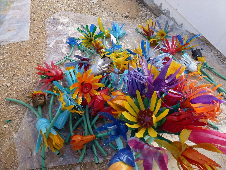 צבעוניות מרהיבה בפרחים מבקבוקי פלסטיק ממוחזרים