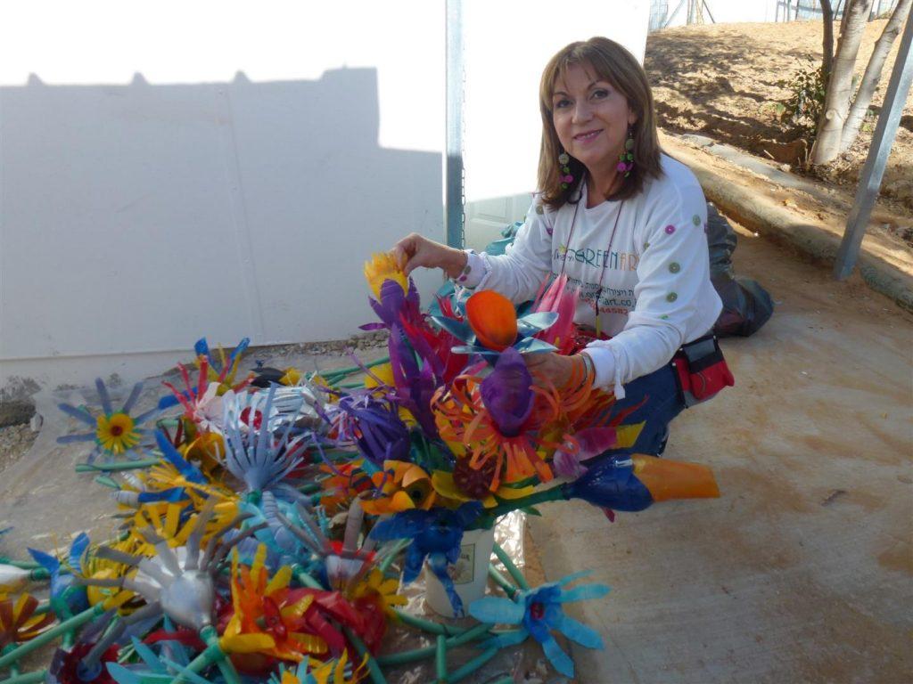 סדנאות לפיסול ועיצוב פרחים מבקבוקי פלסטיק מגוונים