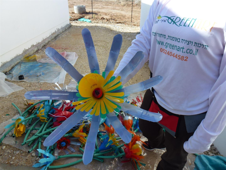 טו בשבט חג הפריחה נטיעת פרחים מבקבוקי פלסטיק לטיפוח בית הספר